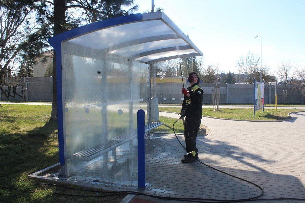 Dezinfekce autobusových zastávek ve Strakonicích.