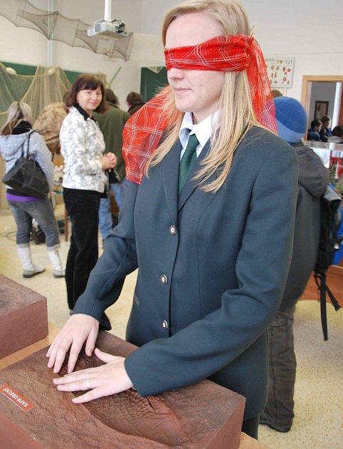 Kateřina Oravová zkouší poznat rybu jako nevidomá