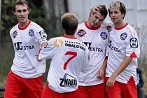 Sousedovice v okresní derby porazily Bělčice 2:0. Zleva se radují Milan Glazunov, Vladimír Křížek, Tomáš Glazunov (autor druhého gólu) a Filip Duba. Westra je v tabulce druhá.