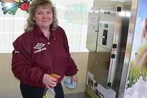 Blanka Divišová u automatu na mléko ve Strakonicích