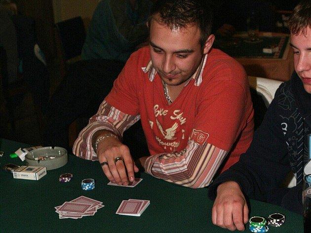 V Rovné hrálo poker kolem 40 lidí.
