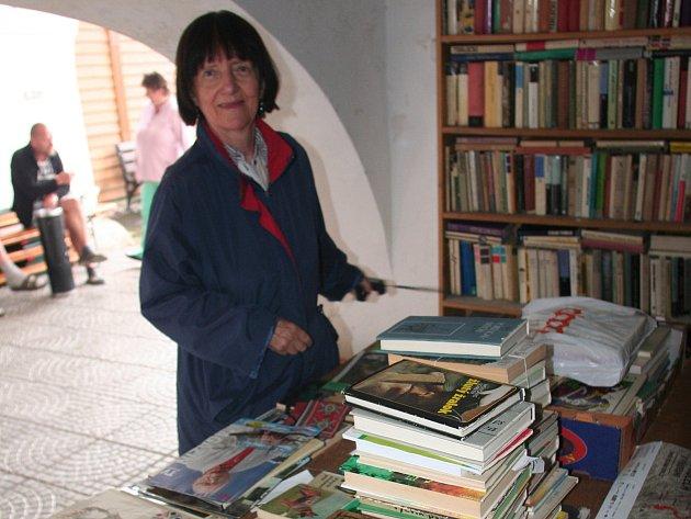 Knihovnice Věra Samcová připravila knihy z antikvariátu.