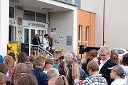 V pátek si žáci převzali vysvědčení za své snažení ve školním roce a tím se jim uzavřel další rok v jejich studiu.