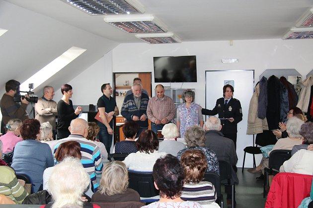 OBRAZEM: Členové Divadelního souboru Čelakovský sehráli vPlánkově ulici příběh na podvodné praktiky některých šmejdů.