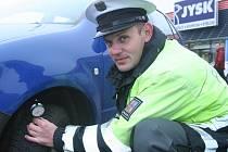 Policista Roman Pasovský na snímku u vozidla, které bylo v pořádku.