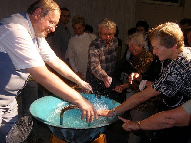 Tomáš Pfeiffer rozezní nástroj zvaný Vodnářský zvon.