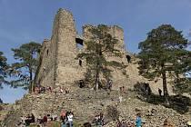 Helfenburk - Neznalý turista si v sobotu 30. března mohl v lesích kolem Helfenburku nedaleko Bavorova připadat jako za války. Okolím bývalého hradu se ozývaly salvy střelby i rány z děla.