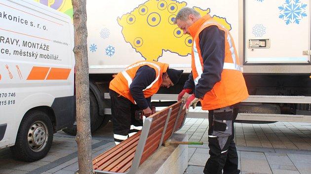 Instalace laviček na Velkém náměstí ve Strakonicích