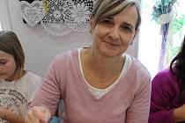 FOTO 1: Martina Srbová učí paličkování malé i velké. Je také ředitelkou Sedlické krajky o.p.s.
