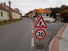 V Přešťovicích se obyvatelé dočkají chodníku nejpozději v listopadu.