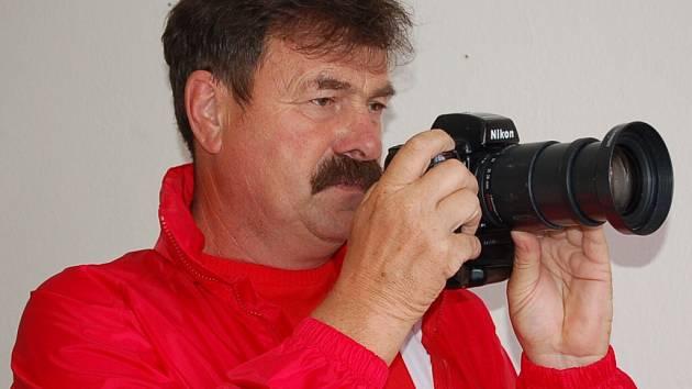 Tak zná Jana Škrleho každý - s fotoaparátem v ruce.