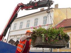 Z náměstí zmizely květinové nádoby