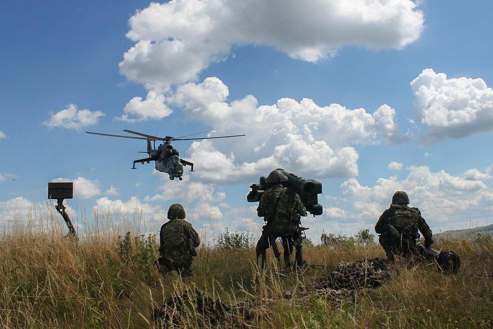 Boj se vzdušným protivníkem, kterého simuluje vrtulník.