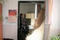 Dveře kanceláře školy po útoku zlodějů.