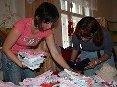 Maminky  přicházely s pytli i krabicemi oblečení.