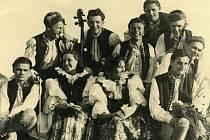Strakonická dudácká kapela Jiřího Malkovského; zpěvačka Jitka Staňková sedící druhá zprava vedle kapelníka J. Malkovského
