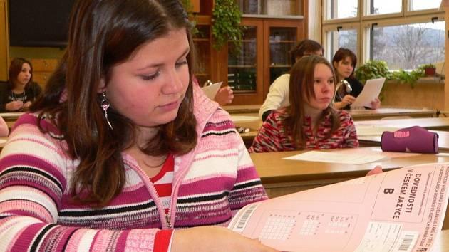 Na snímku jsme při testu z dovedností z českého jazyka zastihli Lucii Bílkovou (vpředu).