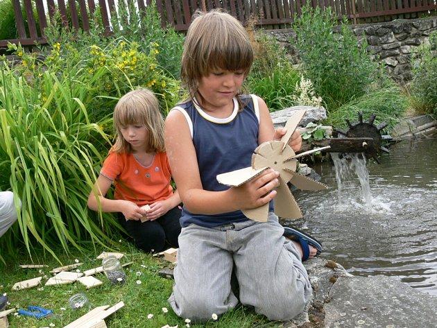 Nedělní stavění vodních mlýnků mělo v sobotu svoji generálku na jednom soukromém zahradním jezírku v Malenicích.