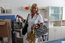 Edita Klavíková koordinovala sbírku kabelek ve strakonické nemocnici.