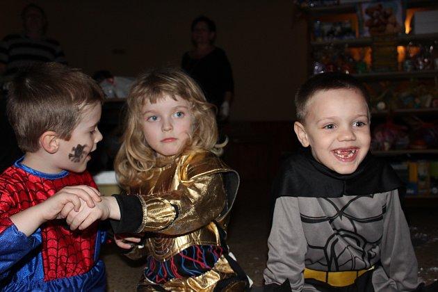 Dětský maškarní  karneval odstartoval v sobotu po obědě v sokolovně. Sešlo se  více než 150 masek a že  se  rodičovské fantazii meze nekladou dokládají fotky.