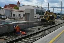 V druhé polovině nádraží už je zbývající část podchodu ukryta pod zemí a začíná se rýsovat druhé ostrovní nástupiště.