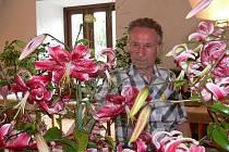 Na snímku Josef Ribij obdivuje lilie, které i u návštěvníků  letos sklízely největší pozornost.