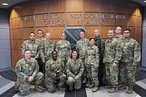 Setkání s Chief Master Sergeant of the Air Force (vrchní praporčicí amerického letectva) JoAnne S. Bass (dolní řada, třetí zleva) bylo velkým zážitkem nejen pro nadpraporčíka Chvostu, ale i všechny ostatní posluchače kurzu.