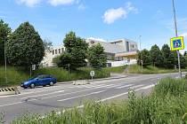 Přechod pro chodce na frekventované silnici na Plzeň bude mít od září semafor pro chodce, přejezd pro cyklisty a větší ochranné ostrůvky.