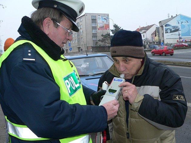 Při dechových zkouškách dnes policisté používají digitální přístroj Dräger.