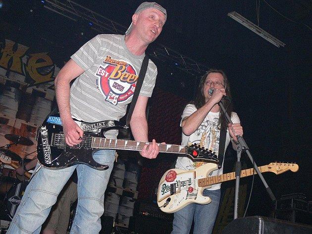 Na sobotním koncertě v sokolovně vystoupily kromě Alkeholu i kapely Doga, Traktor a Hamr.