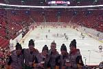 Hráči týmu Unstoppables (třetí zleva brněnský útočník Ondřej Dlouhý) se zašli podívat na zápas Montrealu proti Arizoně v kanadsko-americké NHL.