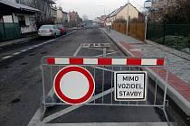 V Čejeticích právě probíhají dokončovací práce na opravě propustku pod silnicí.