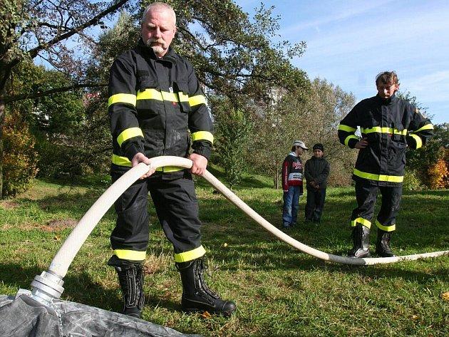 Odborná příprava dobrovolných hasičů s tématem práce na vodě.