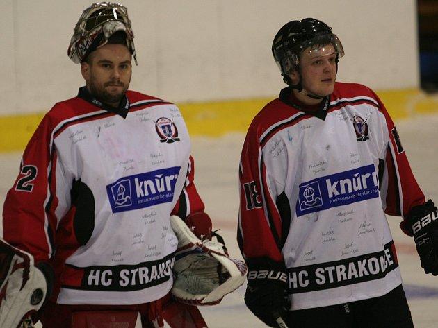 Strakoničtí hokejisté hrají proti Hluboké o druhé místo po základní části. Zleva jsou brankář Jakub Myslivec a útočník Ondřej Dlouhý.