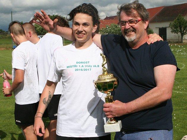 Sdružený tým dorostu Osek/Sedlice přivedl k prvenství v I. A třídě trenér Antonín Mrázek.