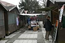 Tržnice u kostela sv. Markéty dožívá. V žalostném stavu jsou stánky a podklad se místy propadá.