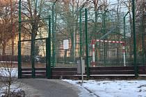 Zavřené hřiště v ulici Čelakovského.