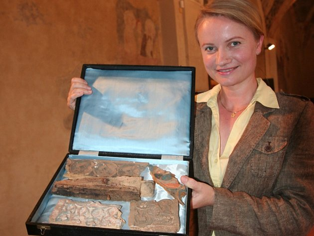 Strakonické muzeum představilo hmotnou památku po  slavném císaři – fragmenty truhly na ostatky. Ukazuje je etnografka Marie Kotlíková.