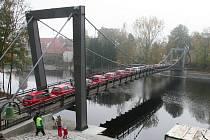 Lávku zatížilo 23 aut o hmotnosti téměř 24 tun.