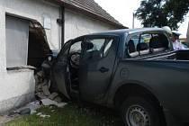 Vůz v Doubravicích na Strakonicku narazil do zdi chalupy.