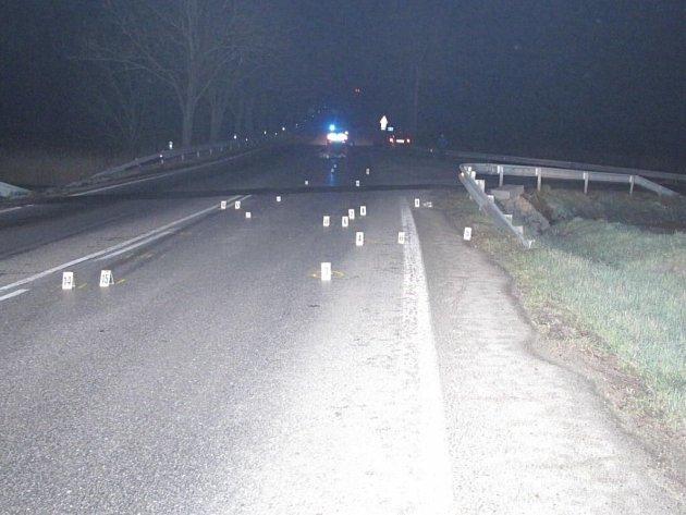 Čtyřiašedesátiletý chodec na místě dopravní nehody zemřel.