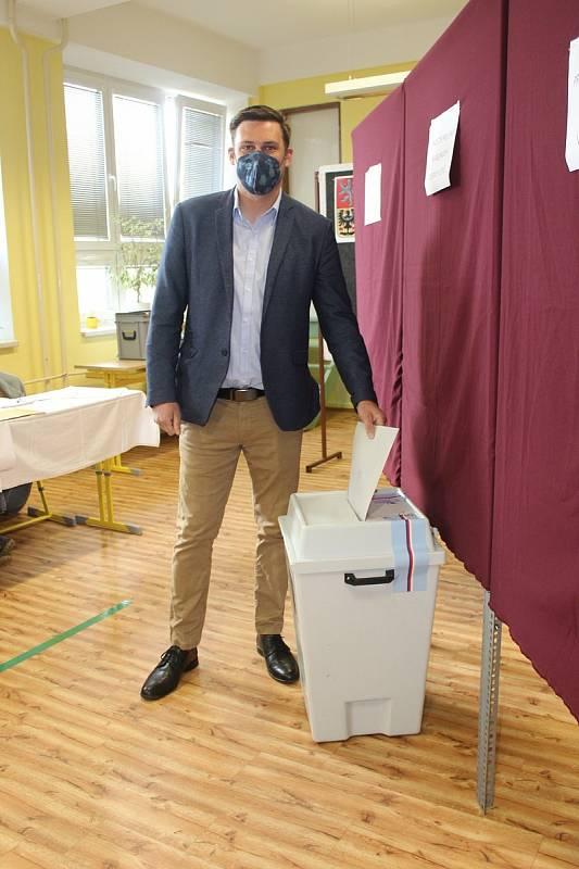 Volby a referendum v Katovicích. Volit přišel také lídr jihočeské kandidátky Piráti a Starostové a katovický rodák Lukáš Kolářík.