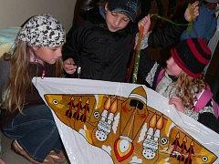 Děti i dospělí z Malenic už si chystají draky na drakiádu.