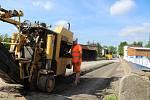 Frézováním vozovky začaly přípravné práce k bourání mostu na Lidické ulici ve Strakonicích