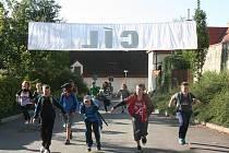 V cíli u letního kina se setkali běžci z obou tras, jak z té delší vedoucí přes Podskalí, tak kratší určené pro nejmenší, která se stáčela přes most Jana Palacha.