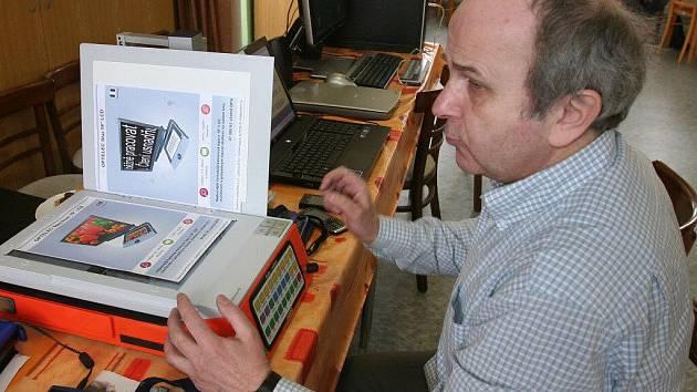 Zařízení pro ty zrakově postižené, kteří si na práci s počítačem moc nevěří. Mohou naskenovat text, který jim pak počítač nahlas přečte. Jeho cena je 70 až 80 tisíc korun.