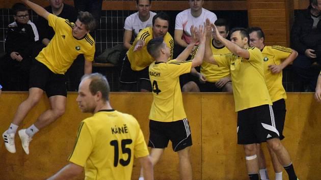 První finále vyhráli sálovkáři DG303 (žluté dresy) 4:3.