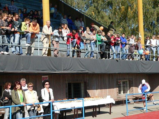 Stará tribuna kazí vzhled sportovního stánku.