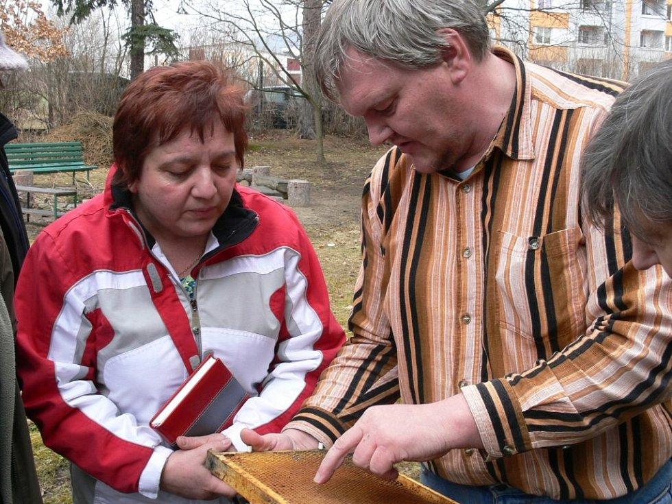 Josef Švelch vysvětluje Dagmar Matějkové základy včelaření.