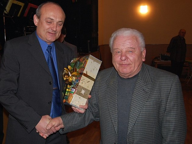 Radoslav Podskalský (vpravo), který byl uveden do síně slávy, přijímá ocenění od starosty Katovic Karla Karase.